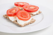 Crispbreads with tomato slices and cheese