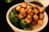 bol de tofu croustillant et ses accompagnements