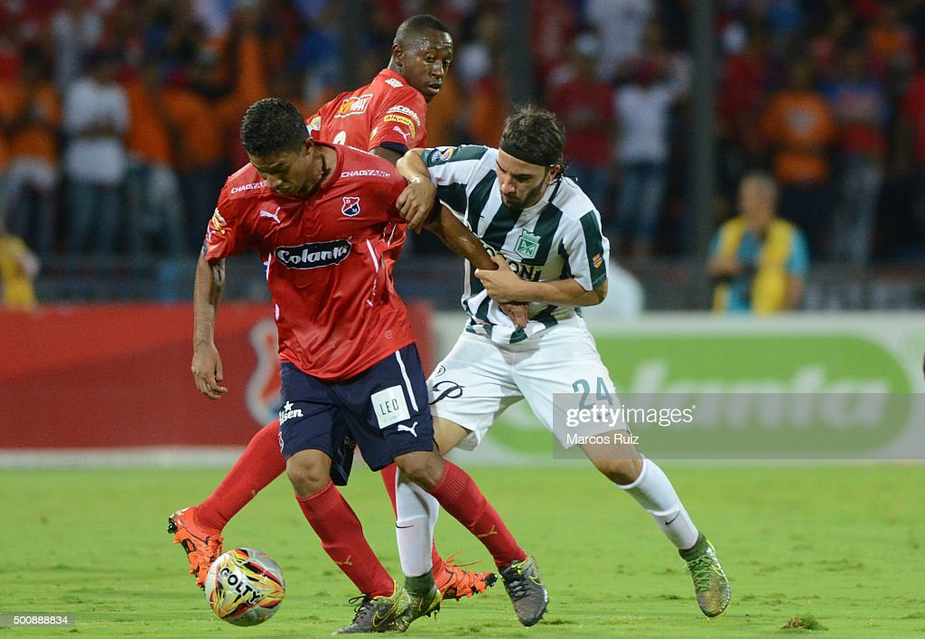 Cristian Marrugo of Medellin (L) fights for the ball with Sebastian Perez of Nacional (R) during a first leg match between Independiente Medellin and Atletico Nacional as part of Semi Finals of Liga Aguila II 2015 at Atanasio Girardot Stadium on December 10, 2015 in Medellin, Colombia.