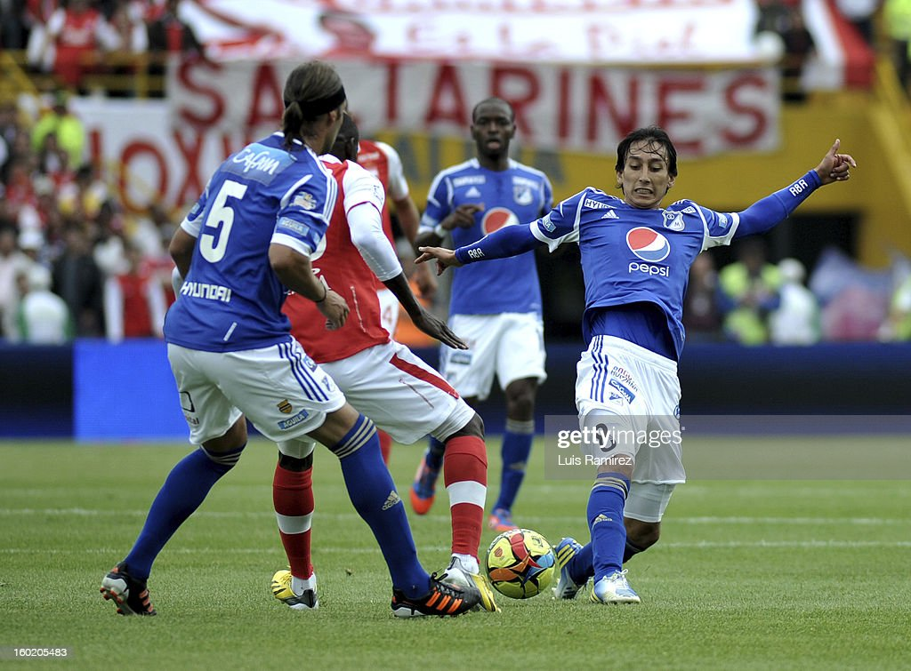 Cristian Martinez (C) of Independiente Santa Fe figths for the ball with Ithurralde (R) of Millonarios during a match between Independiente Santa Fe v Millonarios as part of the SuperLiga Postobon 2013 at Nemesio Camacho stadium on January 27, 2013 in Bogotá, Colombia.