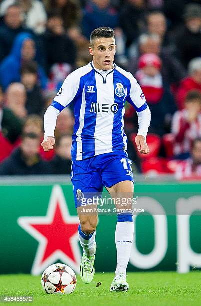 Cristian Tello of FC Porto controls the ball during the UEFA Champions League Group H match between Athletic Club and FC Porto at San Mames Stadium...