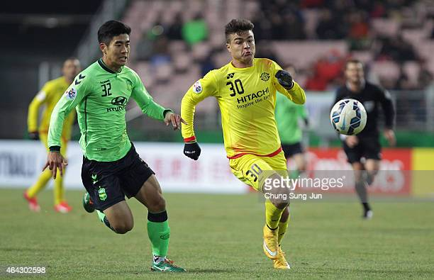 Cristiano Da Silva of Kashiwa Reysol compete for the ball with Lee JuYong of Jeonbuk Hyundai Motors during the AFC Champions League Group E match...