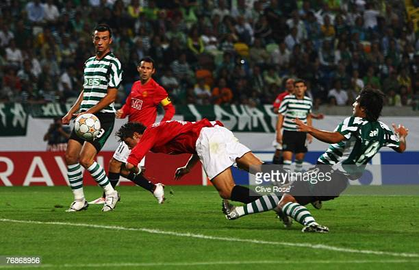 Cristiano Ronaldo of Manchester United scores during the UEFA Champions League Group F match between Sporting Lisbon and Manchester United at the...
