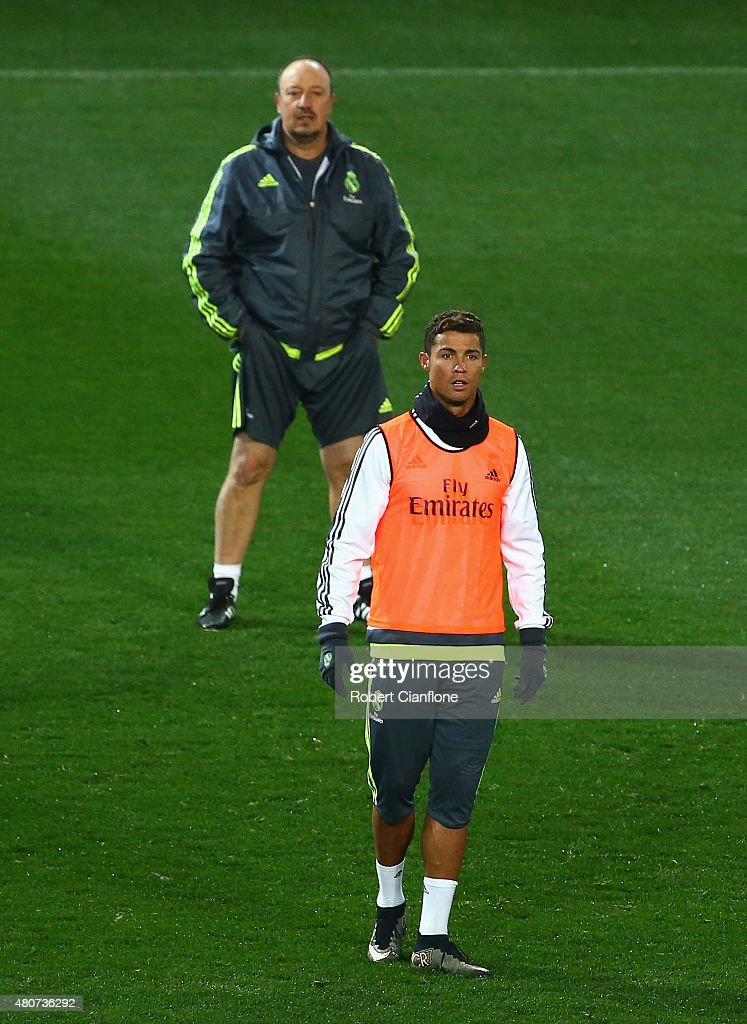 <a gi-track='captionPersonalityLinkClicked' href=/galleries/search?phrase=Cristiano+Ronaldo+-+Calciatore&family=editorial&specificpeople=162689 ng-click='$event.stopPropagation()'>Cristiano Ronaldo</a> of Real Madrid and head coach Rafael Benitez look on during Real Madrid training session at Melbourne Cricket Ground on July 15, 2015 in Melbourne, Australia.