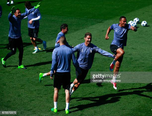 Cristiano Ronaldo of Real Madrid CF celebrates with teammates Danilo Luiz da Silva Karim Benzema James Rodriguez and goalkeeper Keylor Navas druing a...