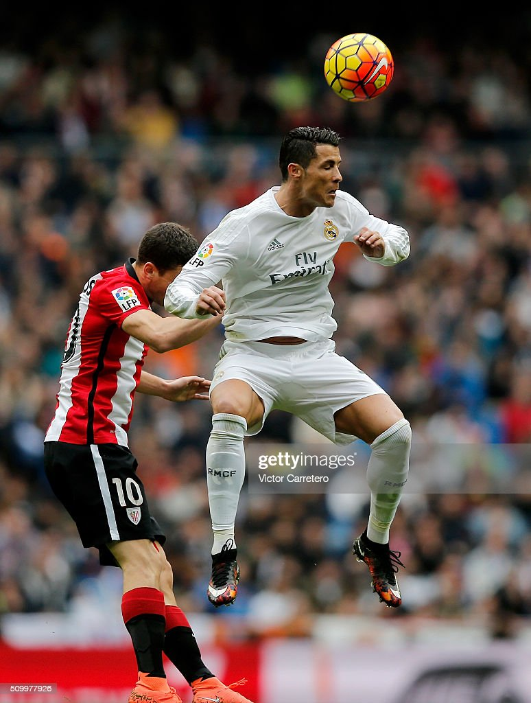 <a gi-track='captionPersonalityLinkClicked' href=/galleries/search?phrase=Cristiano+Ronaldo+-+Voetballer&family=editorial&specificpeople=162689 ng-click='$event.stopPropagation()'>Cristiano Ronaldo</a> (R) of Real Madrid competes for the ball with Oscar de Marcos of Athletic Club during the La Liga match between Real Madrid CF and Athletic Club at Estadio Santiago Bernabeu on February 13, 2016 in Madrid, Spain.