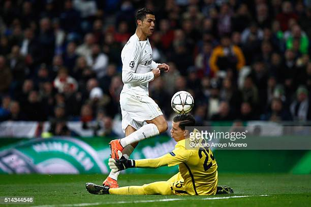Cristiano Ronaldo of Real Madrid is closed down by Wojciech Szczesny of Roma during the UEFA Champions League Round of 16 Second Leg match between...