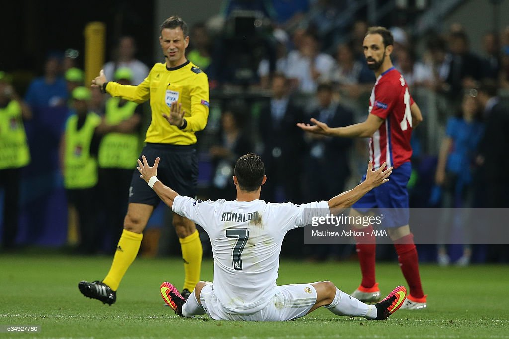 <a gi-track='captionPersonalityLinkClicked' href=/galleries/search?phrase=Cristiano+Ronaldo+-+Jogador+de+futebol&family=editorial&specificpeople=162689 ng-click='$event.stopPropagation()'>Cristiano Ronaldo</a> of Real Madrid protests to Referee <a gi-track='captionPersonalityLinkClicked' href=/galleries/search?phrase=Mark+Clattenburg&family=editorial&specificpeople=2108870 ng-click='$event.stopPropagation()'>Mark Clattenburg</a> during the UEFA Champions League final match between Real Madrid and Club Atletico de Madrid at Stadio Giuseppe Meazza on May 28, 2016 in Milan, Italy.