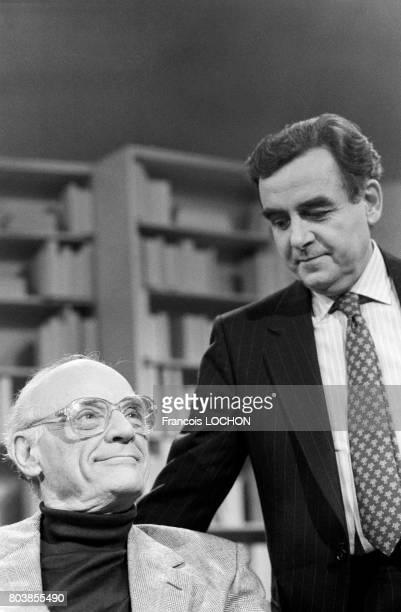 L'écrivain Arthur Miller invité de Bernard Pivot pour son émission de télévision 'Apostrophes' le 15 avril 1988 à Paris France