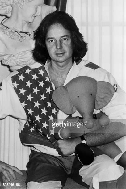 L'écrivain Gonzague Saint Bris pose avec une peluche de l'éléphant Babar le 1er août 1984 à Paris pour présenter l'émission qu'il va animer sur 1006...