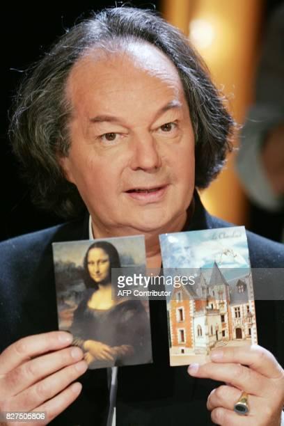 L'écrivain Gonzague Saint Bris pose avec une photo de La Joconde sur le plateau de l'émission littéraire de TF1 Vol de nuit au cours de laquelle il...