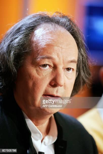L'écrivain Gonzague Saint Bris pose sur le plateau de l'émission littéraire de TF1 Vol de nuit le 07 juin 2005 à Paris / AFP PHOTO / PIERRE VERDY