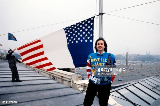 L'écrivain Gonzague Saint Bris présente un drapeau francoaméricain emblème de la 'Nouvelle Alliance' mouvement de jeunesse qu'il a créé le 05 février...
