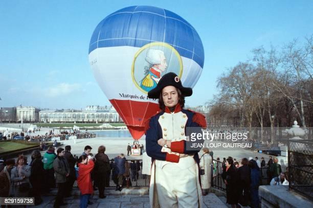 L'écrivain Gonzague Saint Bris revêtu d'un costume d'époque participe au lancement d'une montgolfière à l'effigie de Lafayette le 06 mars 1989 dans...