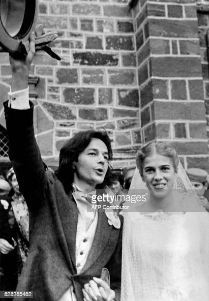 L'écrivain Gonzague Saint Bris salue lors de son mariage avec Clémence de Lasteyrie du Saillant nièce du président Valéry Giscard d'Estaing le 22...