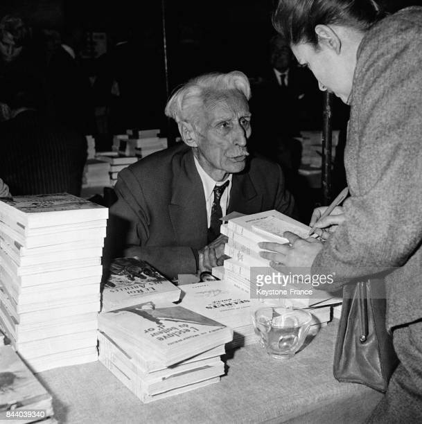 L'écrivain Henry de Monfreid candidat à l'Académie française photographié à un salon du livre en France en 1961