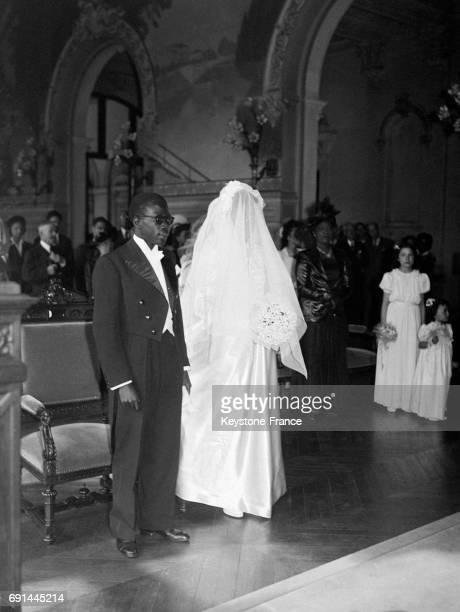 Cérémonie de mariage en l'église NotreDame du Perpétuel Secours du député sénégalais Léopold Sédar Senghor et de Ginette Eboué fille du premier...