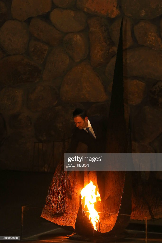 Croatian Foreign Minister Miro Kovac rekindles the eternal flame at the Hall of Remembrance on May 30, 2016 during his visit to the Yad Vashem Holocaust Memorial museum in Jerusalem commemorating the six million Jews killed by the Nazis during World War II. / AFP / GALI