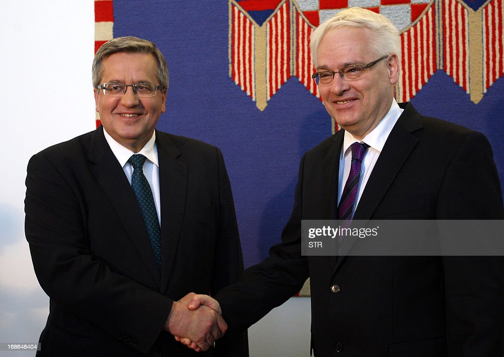 Croatian President Ivo Josipovic (R) shakes hands with his Polish counterpart Bronislaw Komorowski prior their meeting in Zagreb on May 13, 2013. AFP PHOTO / STR