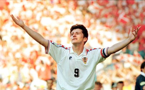 Croatian striker Davor Suker celebrates after scor : News Photo