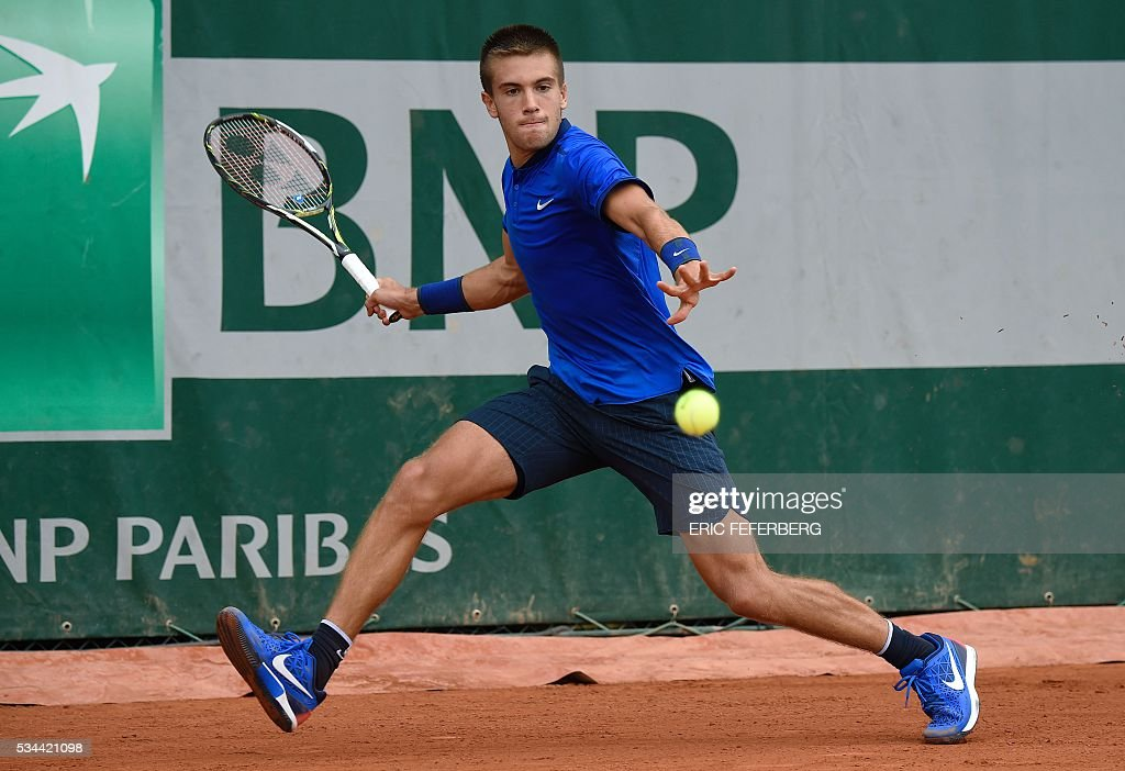 Croatia's Borna Coric returns the ball to Australia's Bernard Tomic during their men's second round match at the Roland Garros 2016 French Tennis Open in Paris on May 26, 2016. / AFP / Eric FEFERBERG