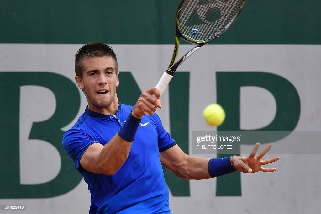 Croatia's Borna Coric returns the ball to Spain's Roberto Bautista during their men's third round match at the Roland Garros 2016 French Tennis Open in Paris on May 28, 2016. / AFP / PHILIPPE