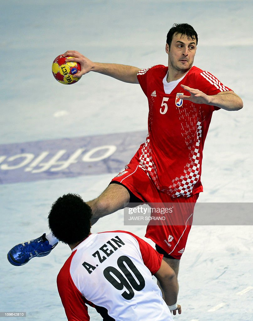 Croatia's centre back Domagoj Duvnjak (R) shoots past Egypt's left back Ali Zein (L) during the 23rd Men's Handball World Championships preliminary round Group D match Croatia vs Egypt at the Caja Magica in Madrid on January 17, 2013. AFP PHOTO/ JAVIER SORIANO