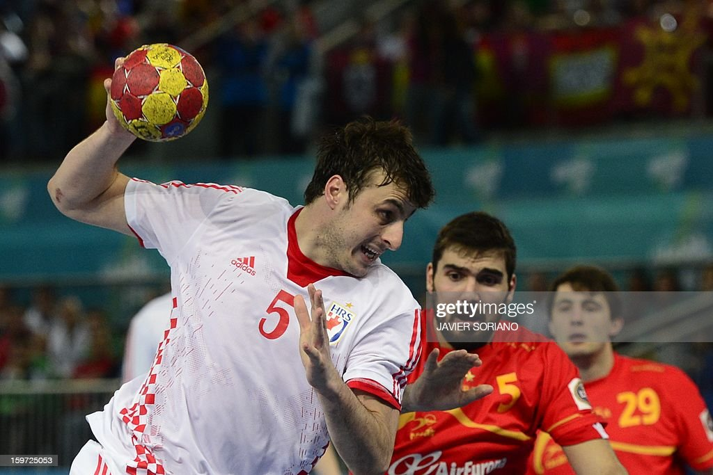 Croatia's centre back Domagoj Duvnjak (L) shoots past Spain's right back Jorge Maqueda during the 23rd Men's Handball World Championships preliminary round Group D match Spain vs Croatia at the Caja Magica in Madrid on January 19, 2013. Croatia won 27-25. AFP PHOTO/ JAVIER SORIANO