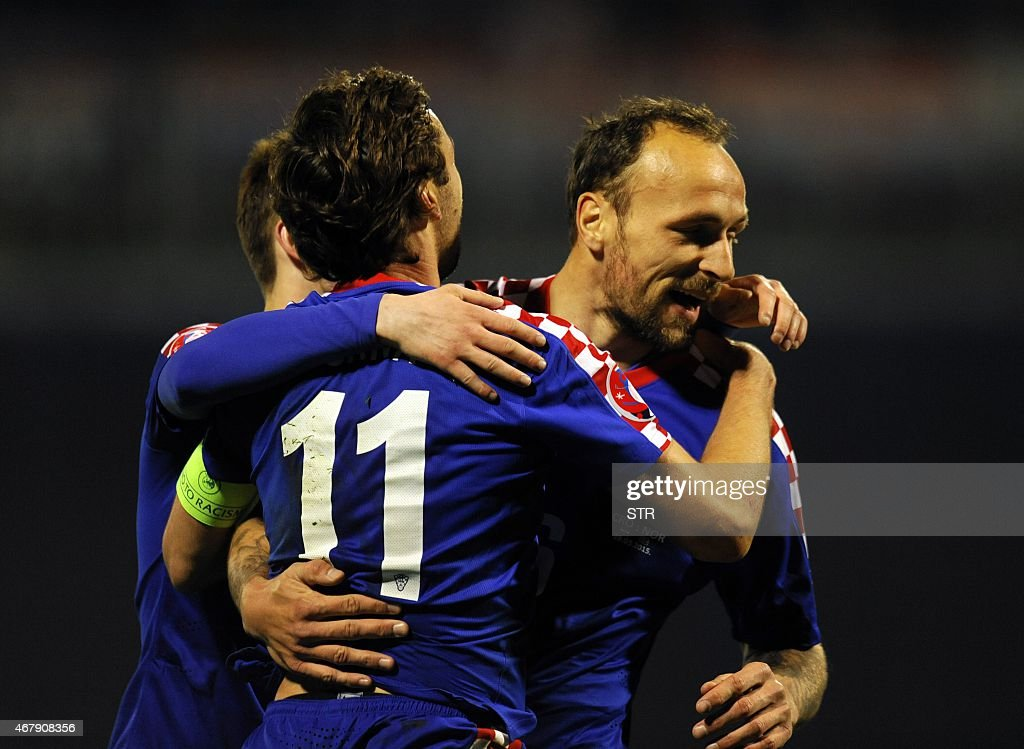 Croatia's defender Gordon Schildenfeld (R) celebrates with teammates after scoring a goal during the Euro 2016 qualifying football match between Croatia and Norway on March 28, 2015 at the Maksimir stadium in Zagreb.