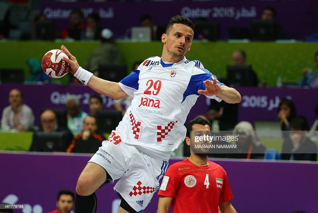 Croatia's Ivan Nincevic (C) attempts a shot on goal during the 24th Men's Handball World Championships preliminary round Group B match between Croatia and Iran at the Duhail Handball Sports Hall in Doha on January 19, 2015. AFP PHOTO / MARWAN NAAMANI