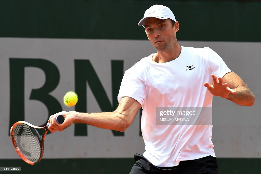 Croatia's Ivo Karlovic returns the ball to Australia's Jordan Thompson during their men's second round match at the Roland Garros 2016 French Tennis Open in Paris on May 25, 2016. / AFP / MIGUEL
