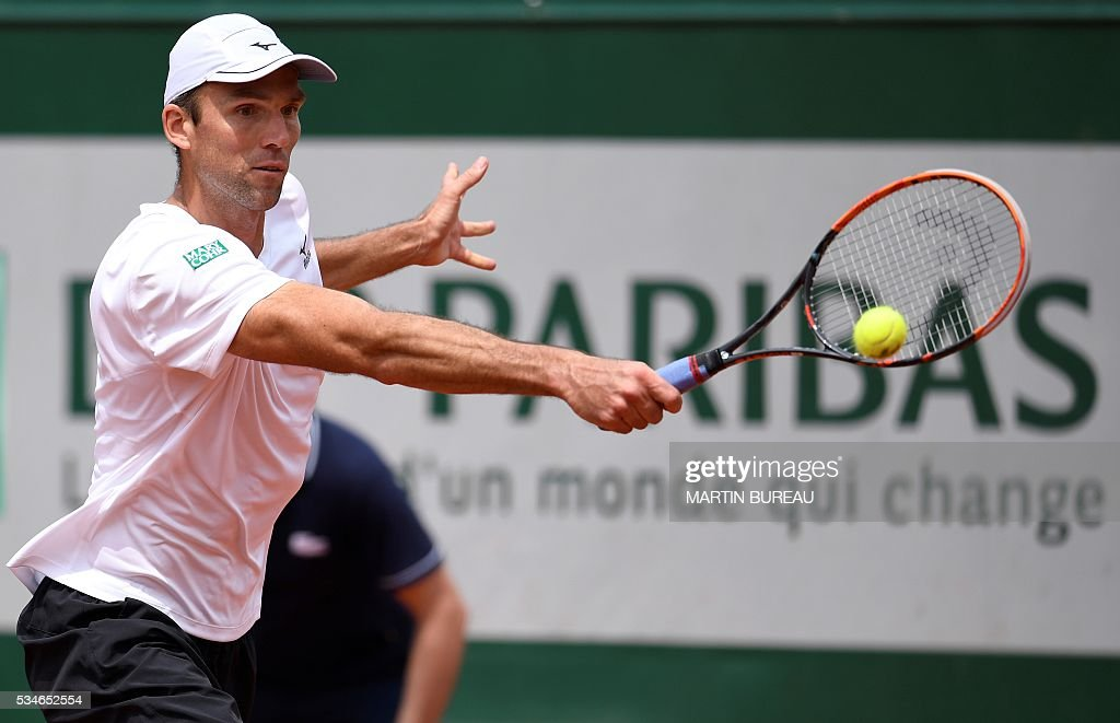 Croatia's Ivo Karlovic returns the ball to Britain's Andy Murray during their men's third round match at the Roland Garros 2016 French Tennis Open in Paris on May 27, 2016. / AFP / MARTIN
