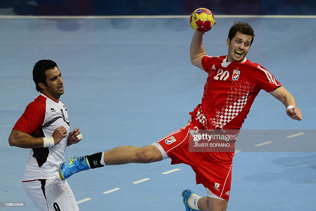 Croatia's left back Damir Bicanic (L) shoots past Egypt's centre back Islam Hassan (L) during the 23rd Men's Handball World Championships preliminary round Group D match Croatia vs Egypt at the Caja Magica in Madrid on January 17, 2013. AFP PHOTO/ JAVIER SORIANO