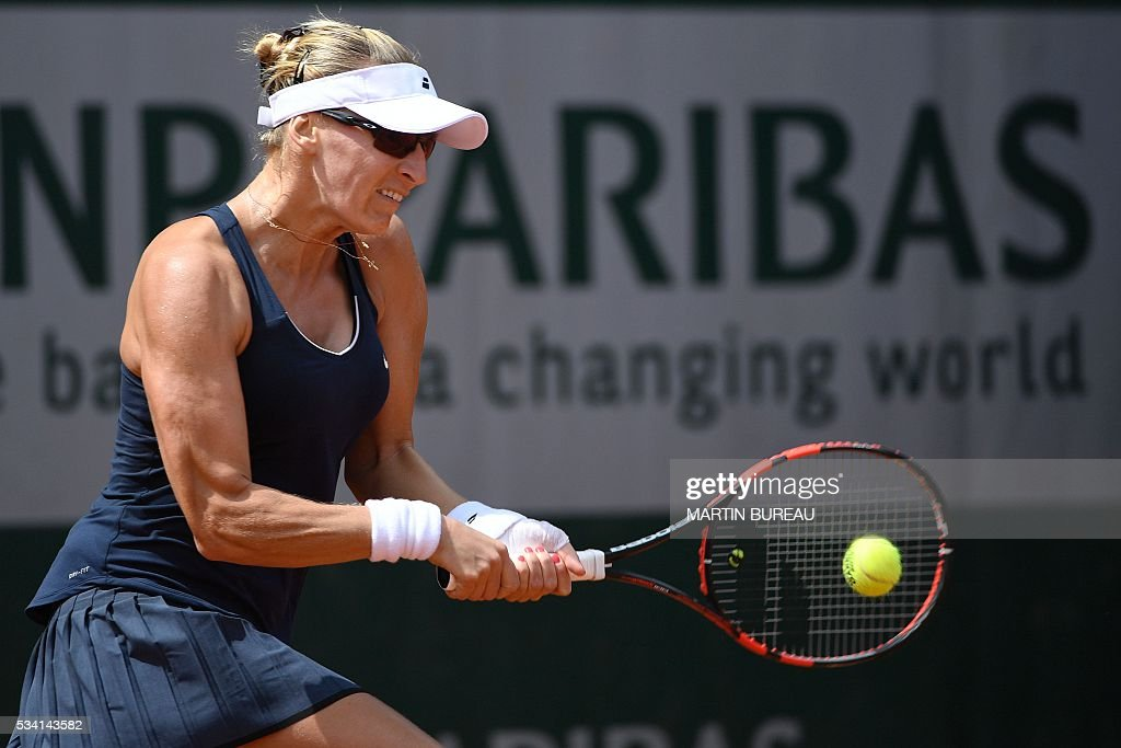 Croatia's Mirjana Lucic-Baroni returns the ball to Japan's Naomi Osaka during their women's second round match at the Roland Garros 2016 French Tennis Open in Paris on May 25, 2016. / AFP / MARTIN