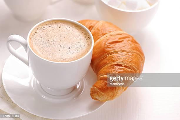 Café et croissants.