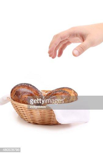 Croissants mit Mohn in Korb. : Stock-Foto