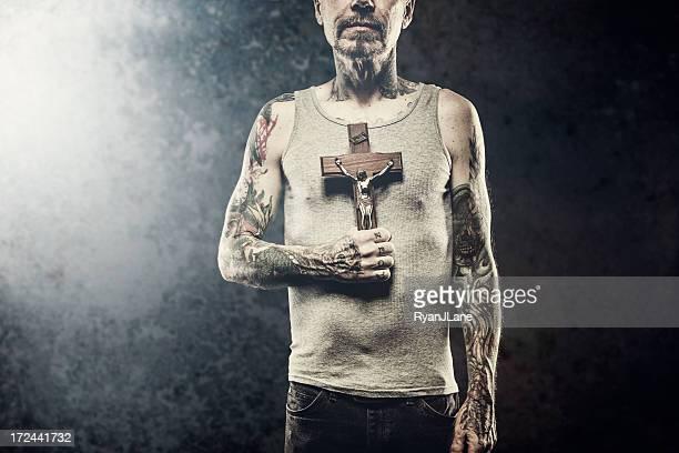 Überqueren Sie in den Armen von Tattooed Mann