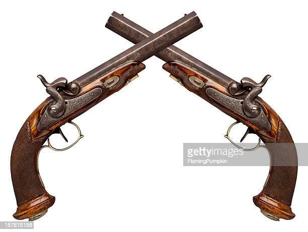 Überkreuzte antiken Pistols isoliert auf weiß.
