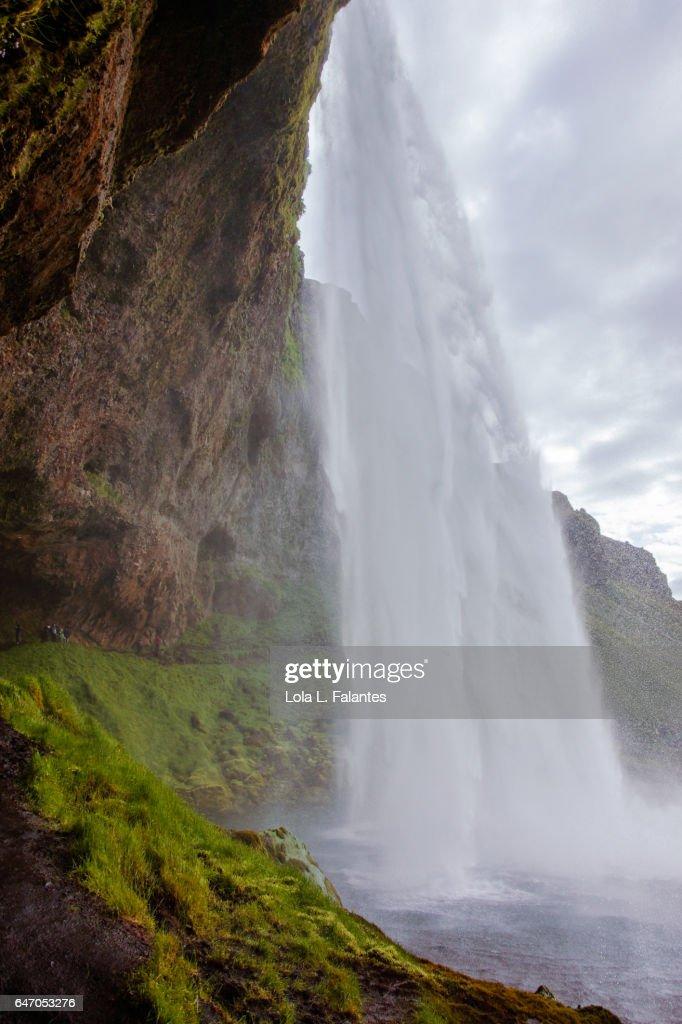 Crossing Seljalandsfoss waterfall : Foto de stock
