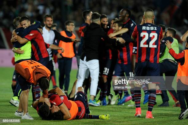Crotone players celebrates staying in Serie A after the Serie A match between FC Crotone and SS Lazio at Stadio Comunale Ezio Scida on May 28 2017 in...