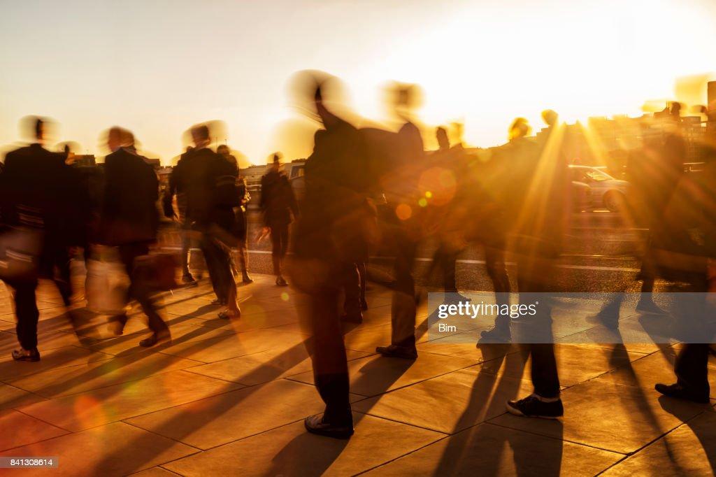 Multitud de gente de negocios al atardecer, Londres, Inglaterra : Foto de stock