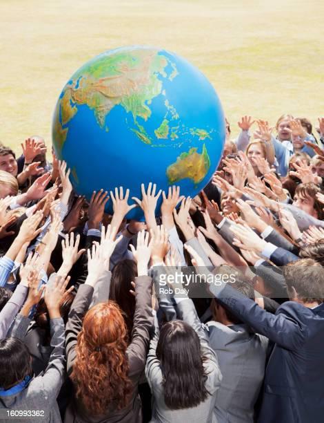 Folla di persone d'affari mano mondo