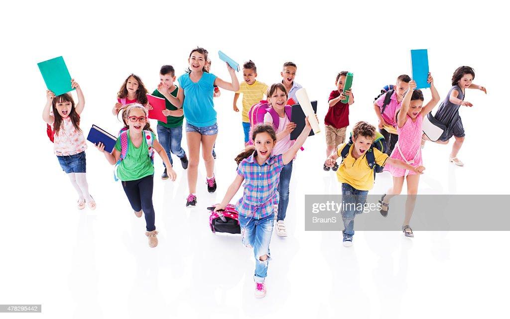 Foule de joyeux étudiants école élémentaire running avec des livres. : Photo