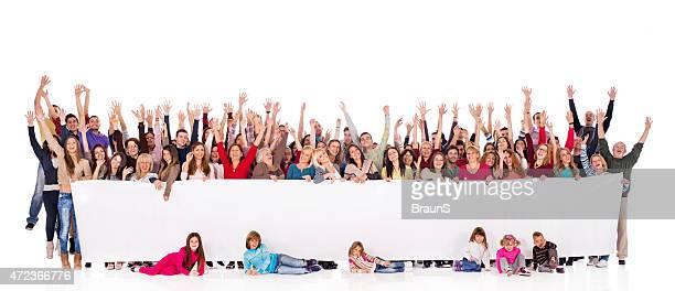 Foule de gens chaleureux en relief les bras tenant bannière.