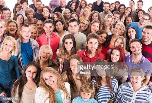 Multitud de feliz mixto edad personas mirando a la cámara.