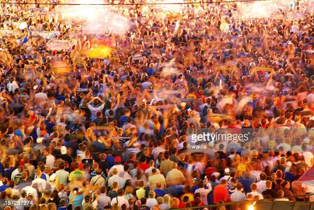 群衆の人々のぼやけた光