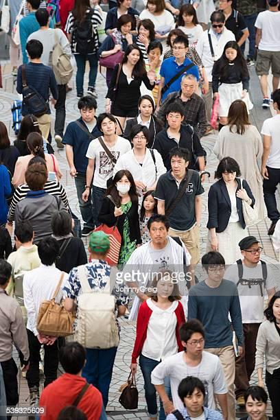 群衆の人々が東京に