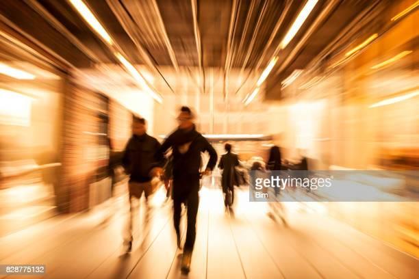 Menschenmenge Rauschen durch Bewegungsunschärfe, Korridor, Zoom-Effekt