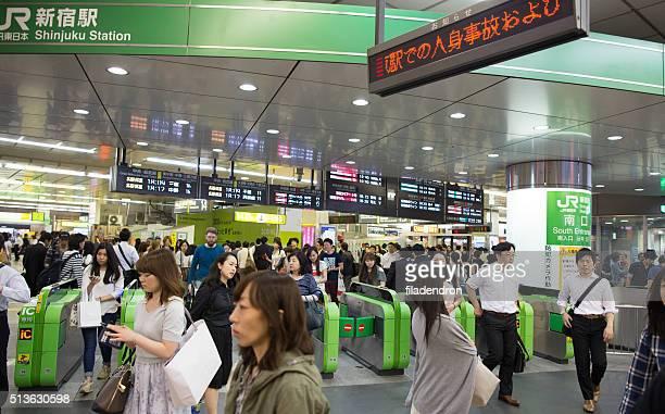 群衆の新宿駅の東京