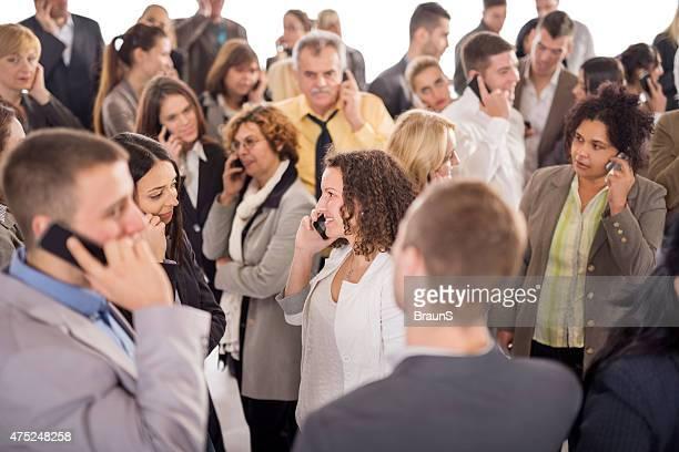 Gruppe von lächelnde Geschäftsleute sprechen auf Handy.